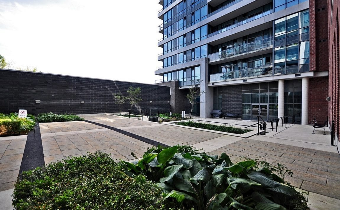 1-hurontario-st-mississauga-north-shore-condo-port-credit-condos-courtyard-common-area