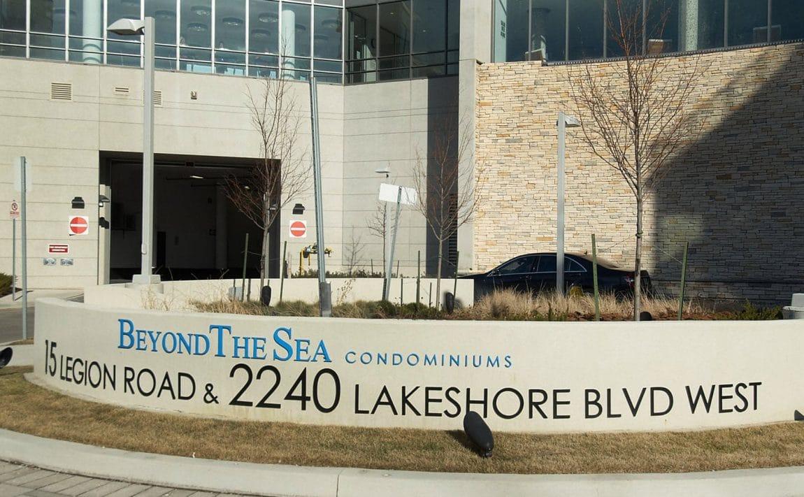 15-legion-rd-toronto-beyond-the-sea-north-tower-condos-etobicoke-condos-parklawn-condos-front-entrance-courtyard