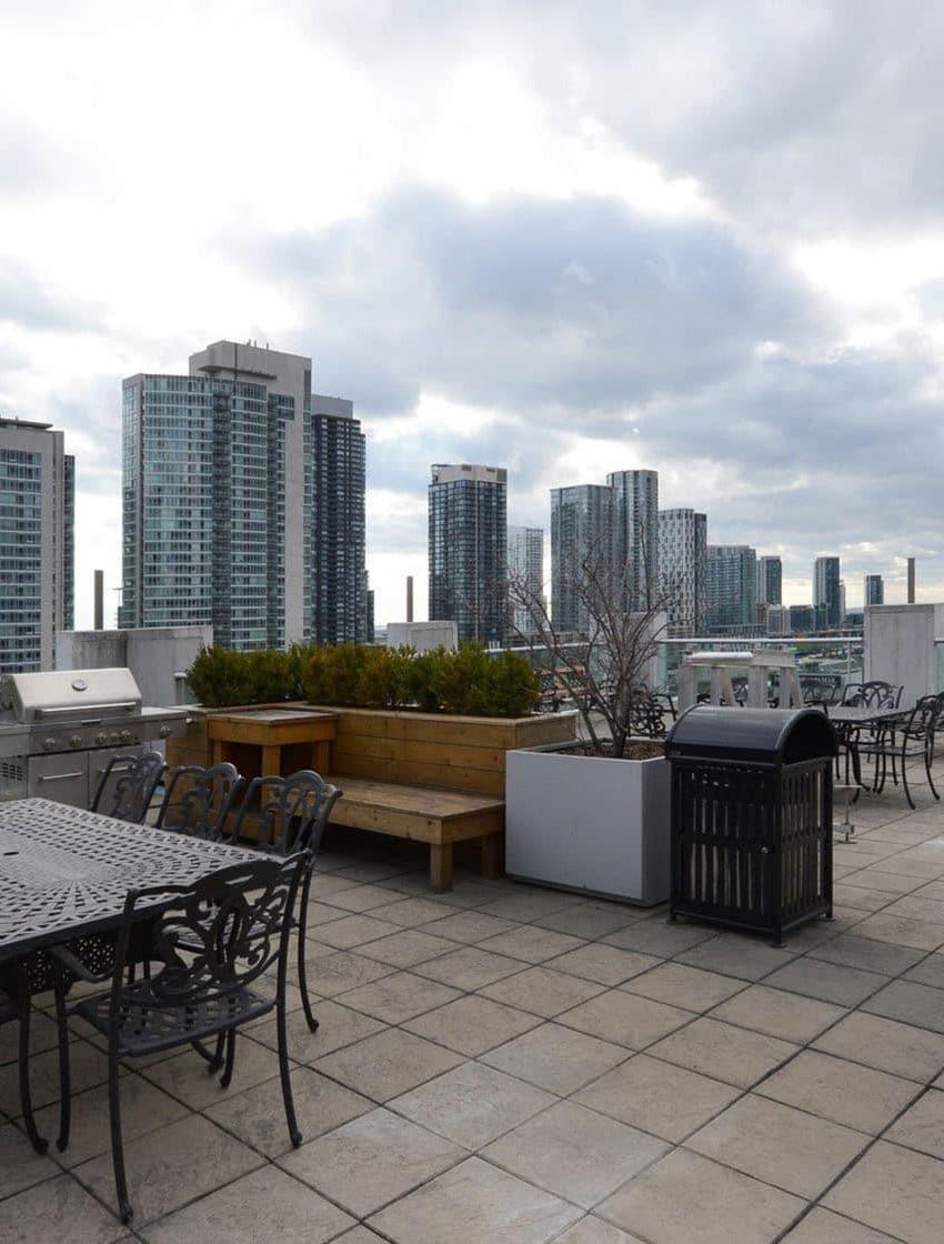 36-blue-jays-way-toronto-soho-metropolitan-condos-lofts-king-west-condos-king-west-lofts-toronto-lofts-toronto-condos-rooftop-terrace-lounge