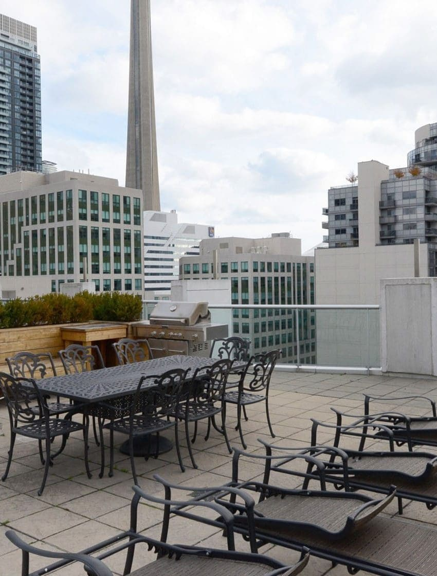 36-blue-jays-way-toronto-soho-metropolitan-condos-lofts-king-west-condos-king-west-lofts-toronto-lofts-toronto-condos-rooftop-terrace-lounge-bbq