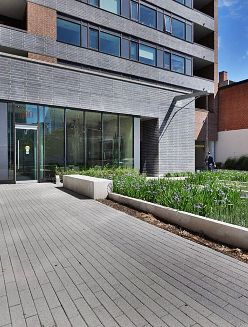 400-wellington-st-w-toronto-400-wellington-condos-king-west-condos-toronto-condos-front-garden-space-green-garden