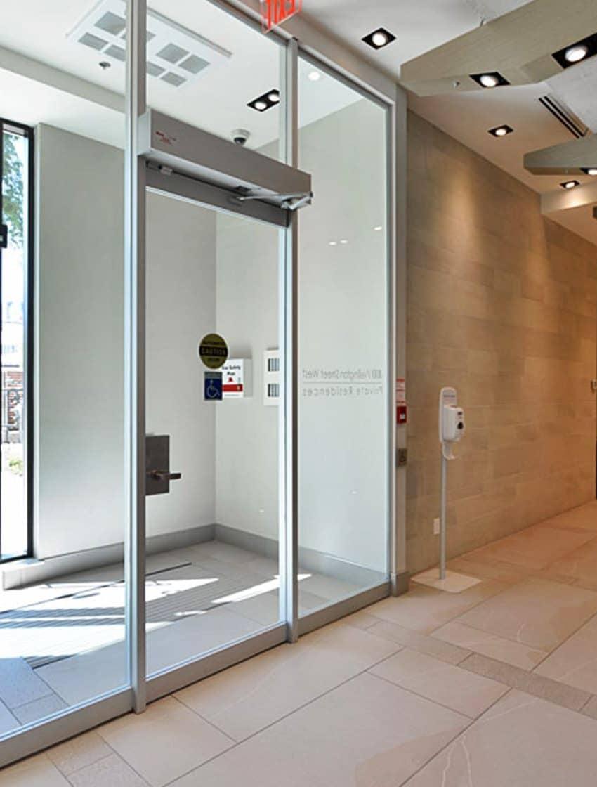 400-wellington-st-w-toronto-400-wellington-condos-king-west-condos-toronto-condos-front-lobby-entrance