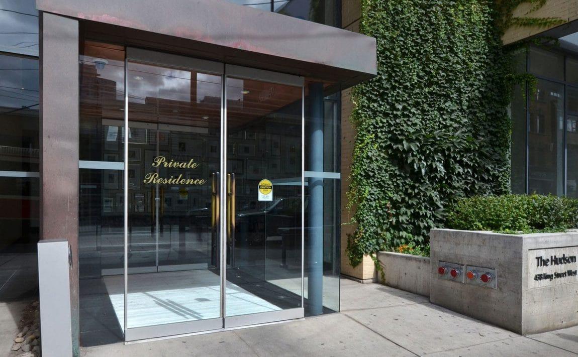 438-king-st-w-toronto-hudson-condos-toronto-condos-king-west-condos-front-entrance-door