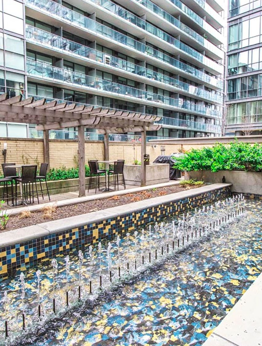 438-king-st-w-toronto-hudson-condos-toronto-condos-king-west-condos-outdoor-terrace-courtyard-bbq-party-area