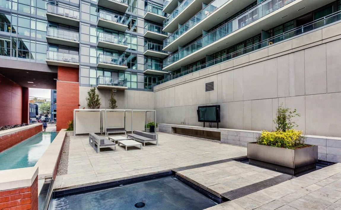 775-king-st-w-toronto-minto-775-condos-king-west-condos-king-west-lofts-toronto-condos-entrance-front-courtyard-outdoor-theatre