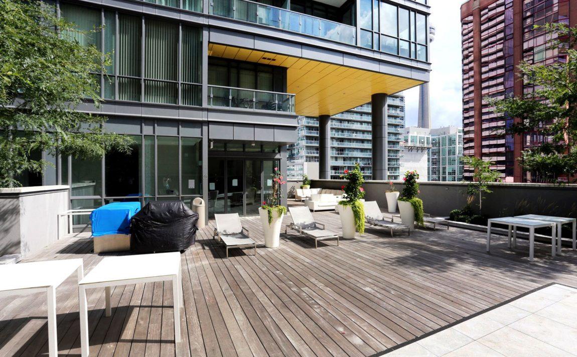 8-charlotte-st-toronto-charlie-condos-great-gulf-king-west-condos-toronto-condos-outdoor-terrace-bbq-lounge-amenities