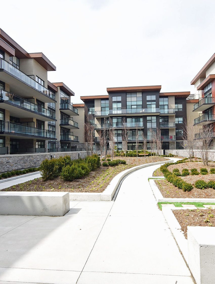 1575-lakeshore-rd-w-craftsman-condos-for-sale-exterior-3