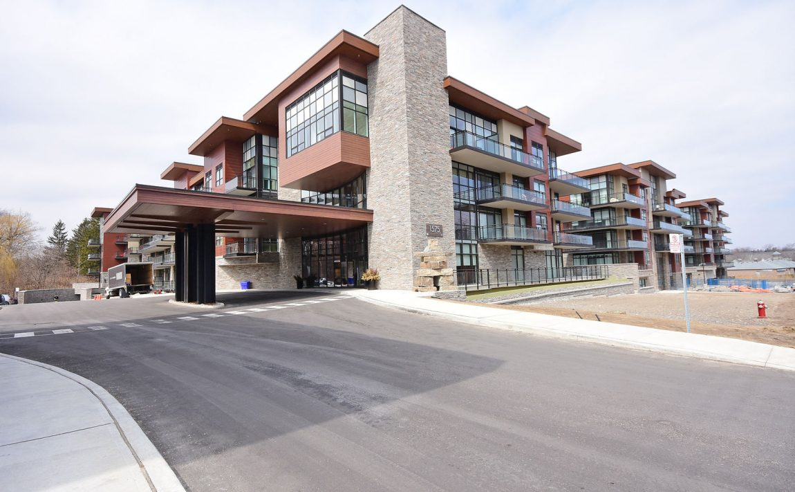 1575-lakeshore-rd-w-craftsman-condos-for-sale-exterior-4