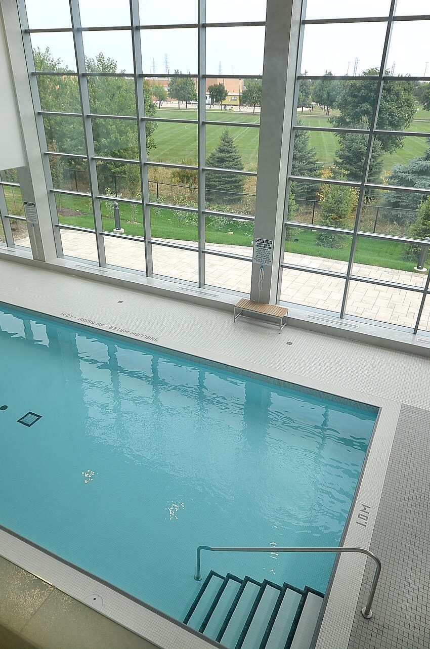 4655-glen-erin-dr-condos-downtown-erin-mills-amenities-pool-3
