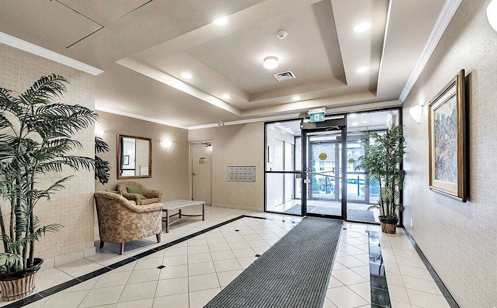 50-port-st-e-mississauga-port-credit-condos-for-sale-lobby