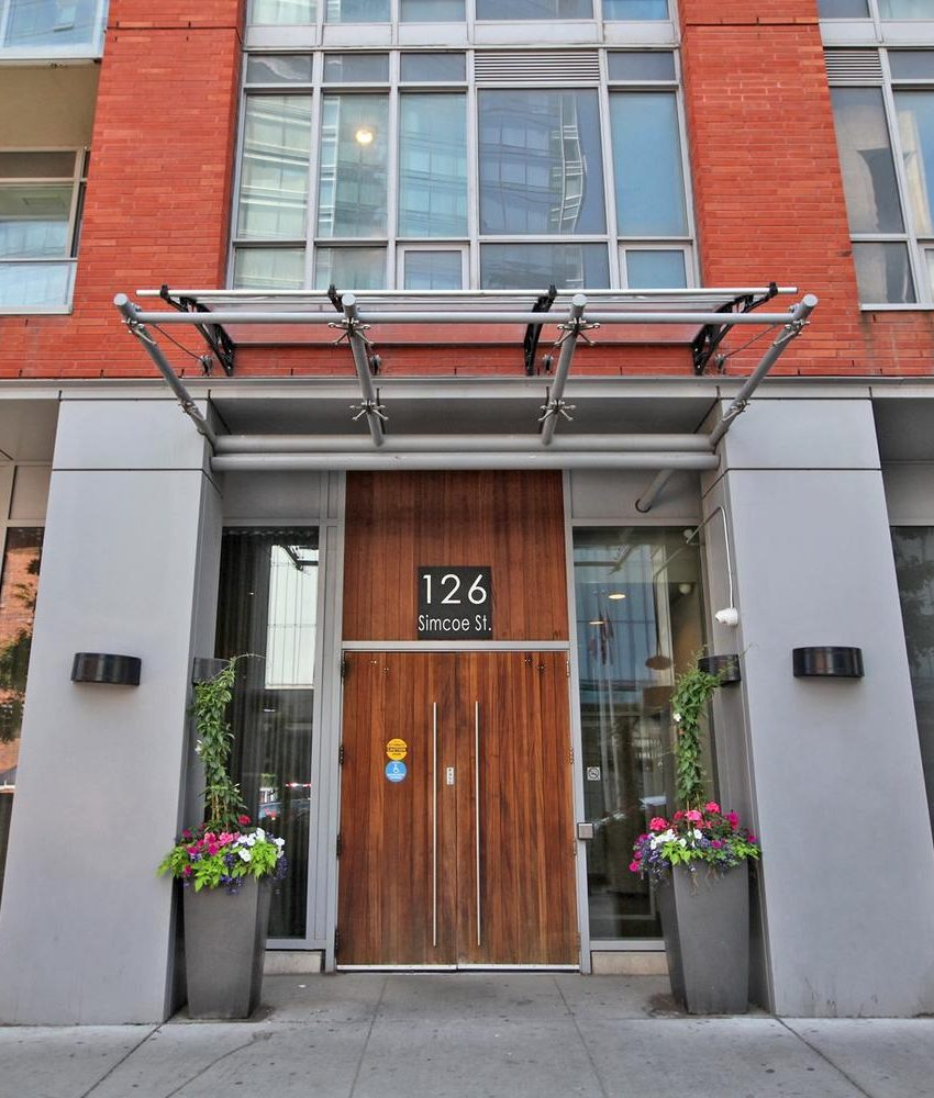 126-simcoe-st-toronto-boutique-ii-condos-for-sale-king-west-front-entrance