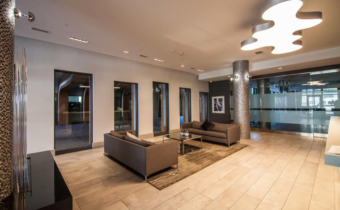 musee-condos-525-adelaide-st-w-toronto-king-west-front-lobby-sitting-area