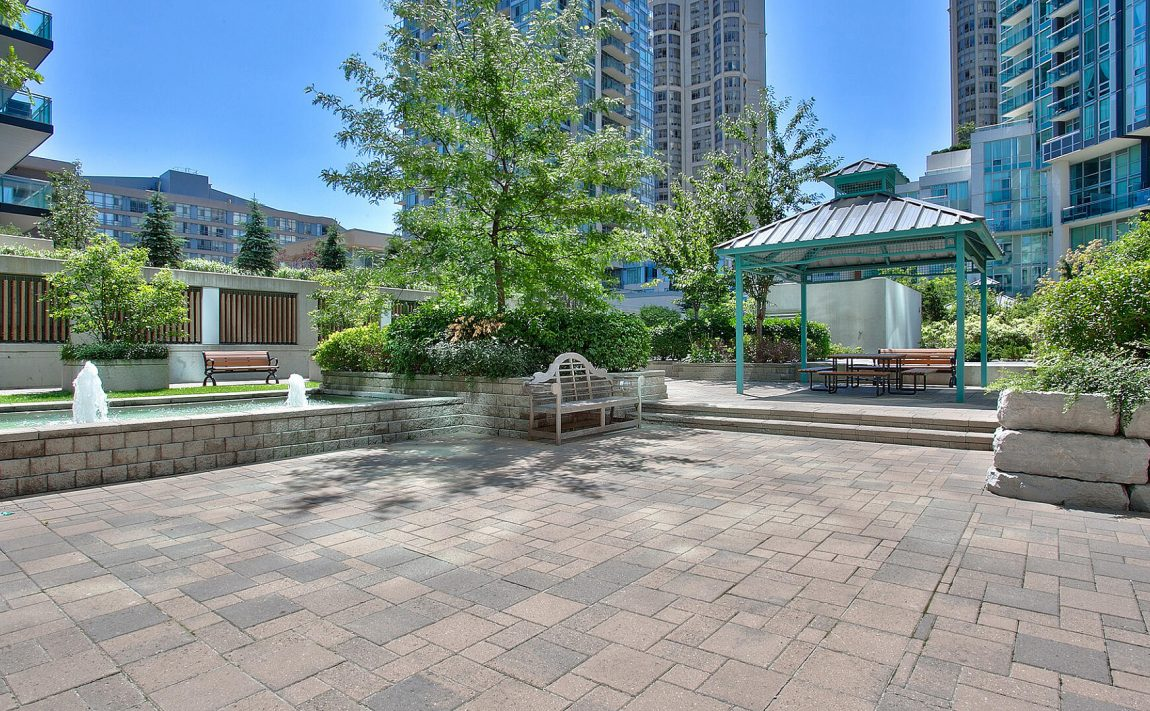 220-burnhamthorpe-rd-w-mississauga-citygate-condos-outdoor-terrace