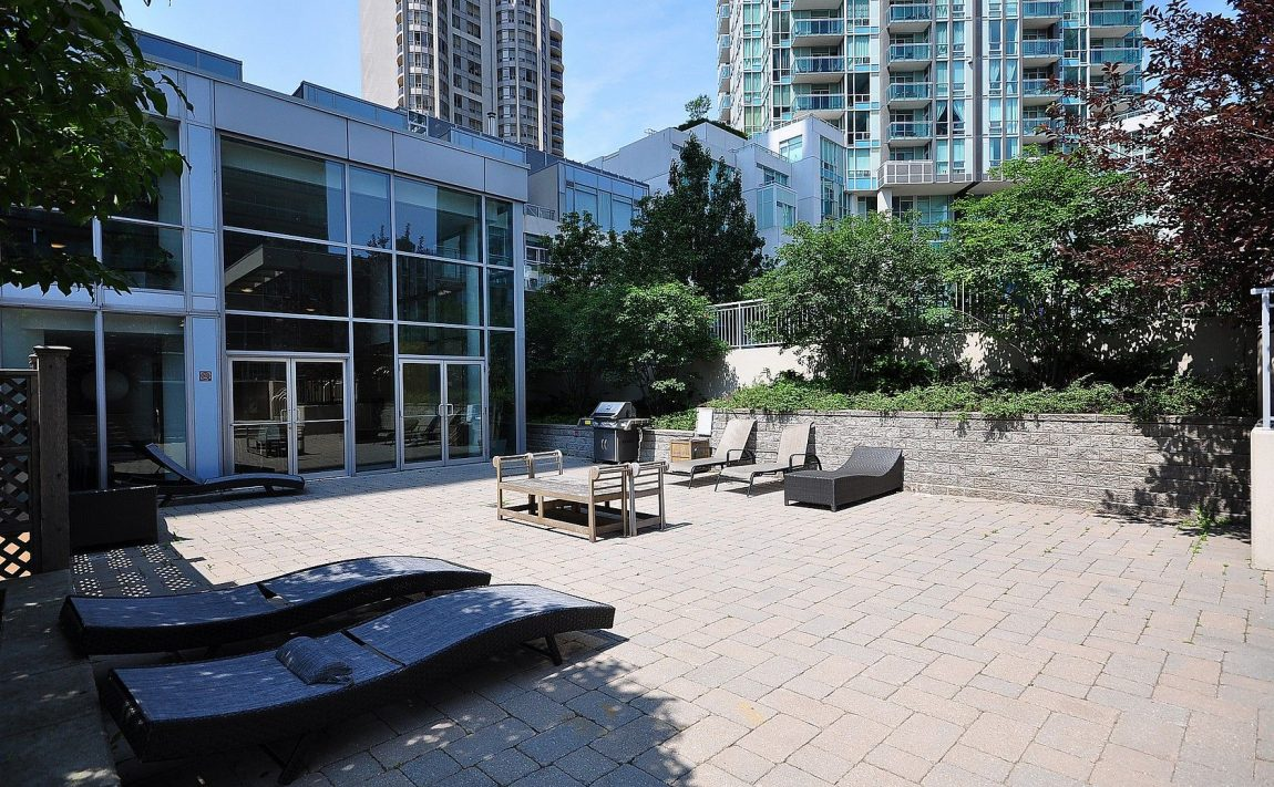 3939-duke-of-york-blvd-city-gate-condos-lofts-outdoor-terrace