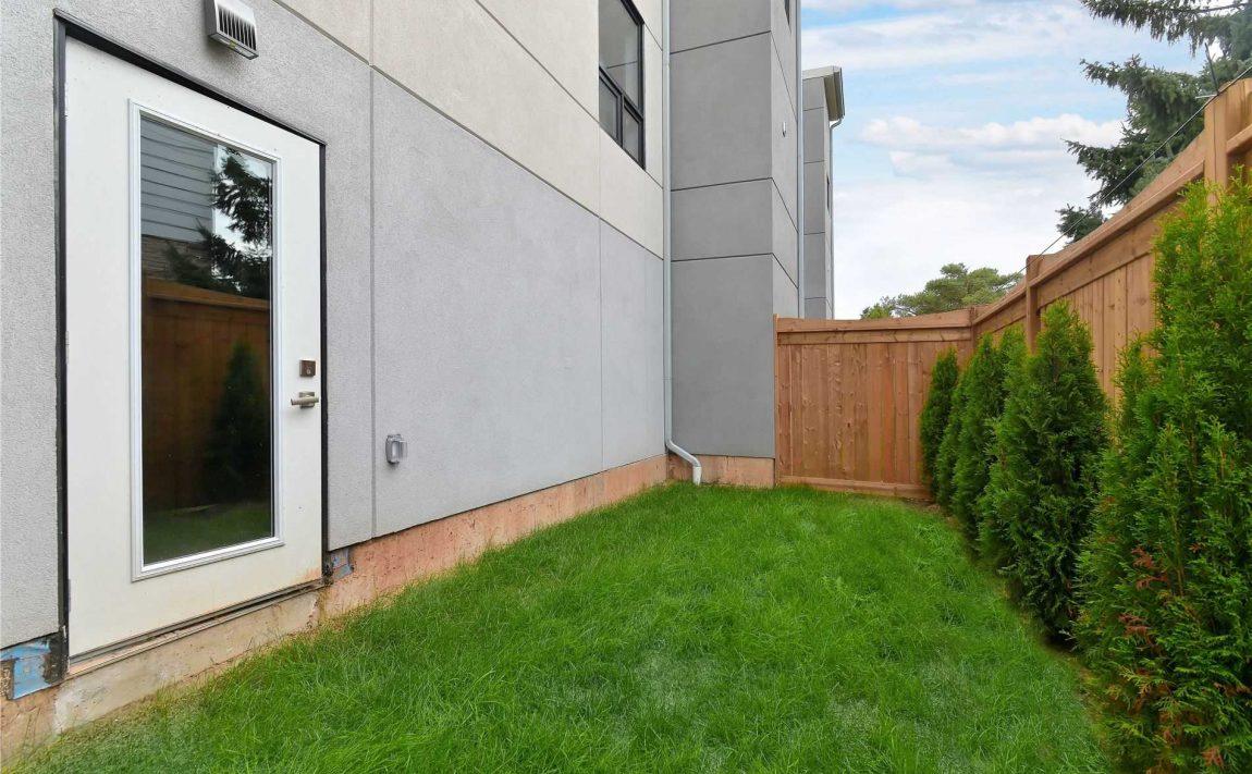 curate-towns-5451-lakeshore-rd-burlington-townhouses-backyard