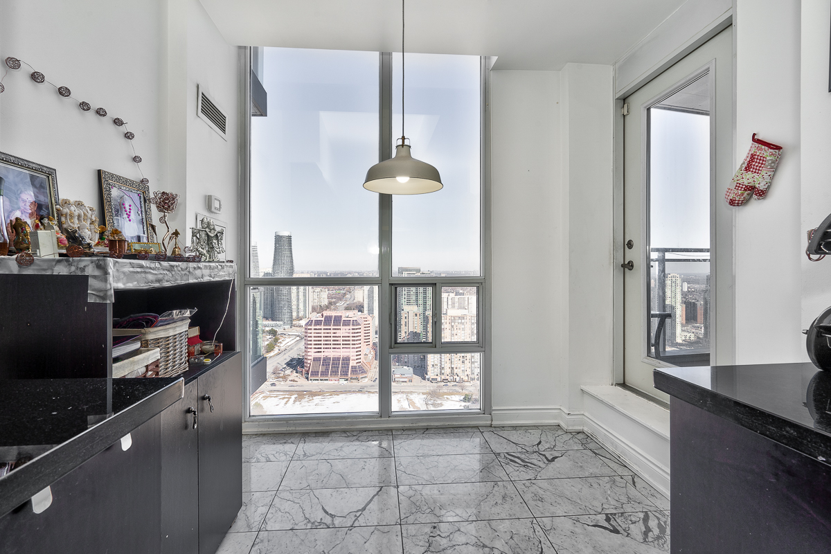 3404-223-webb-dr-onyx-penthouse-square-one-breakfast-area