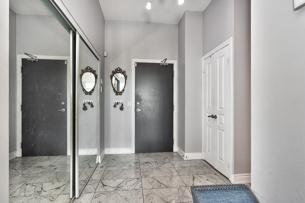 3404-223-webb-dr-onyx-penthouse-square-one-foyer