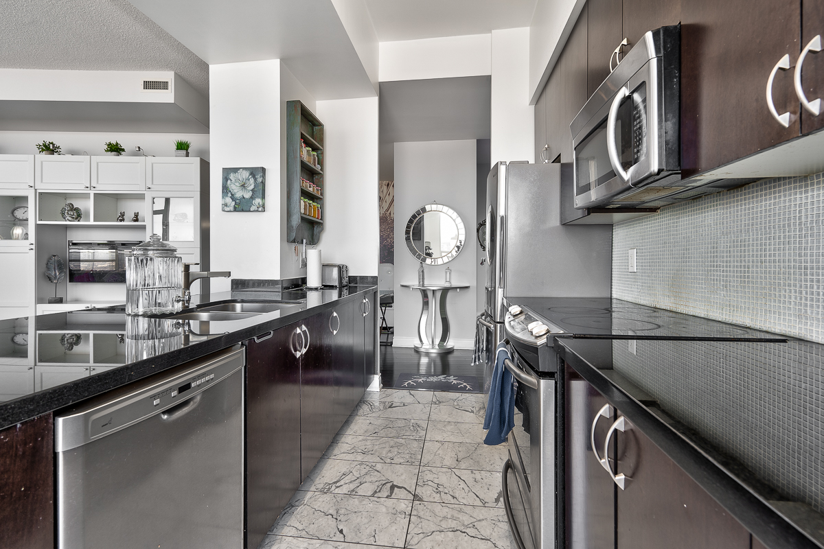 3404-223-webb-dr-onyx-penthouse-square-one-kitchen-2