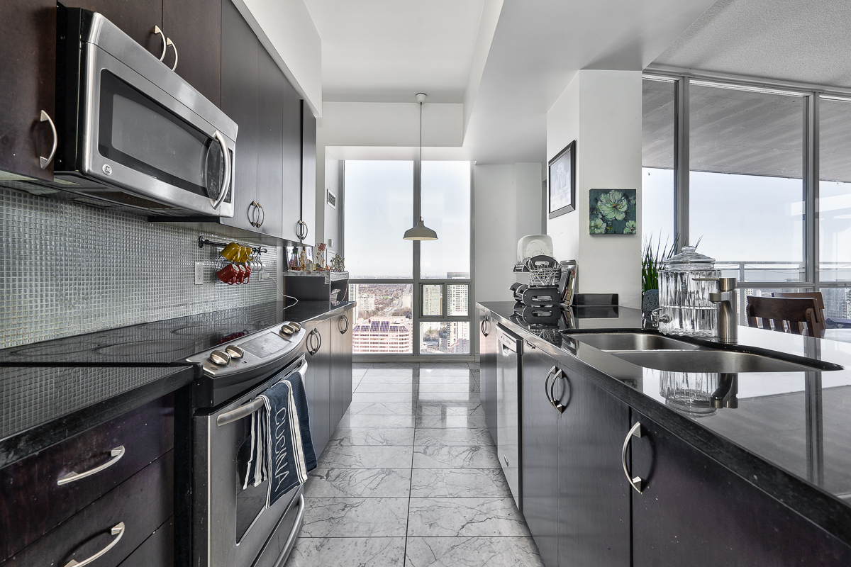 3404-223-webb-dr-onyx-penthouse-square-one-kitchen