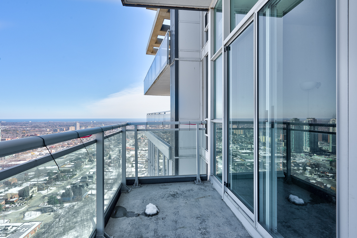 3404-223-webb-dr-onyx-penthouse-square-one-second-balcony
