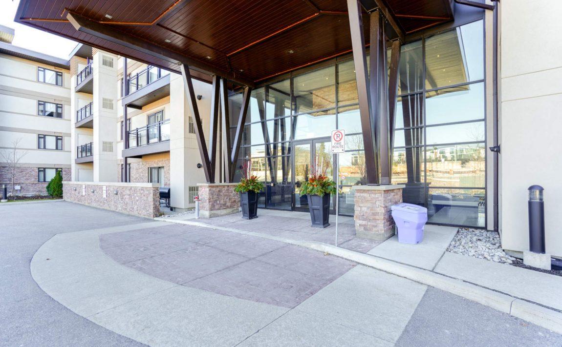 wyndham-condos-128-garden-dr-oakville-front-entrance