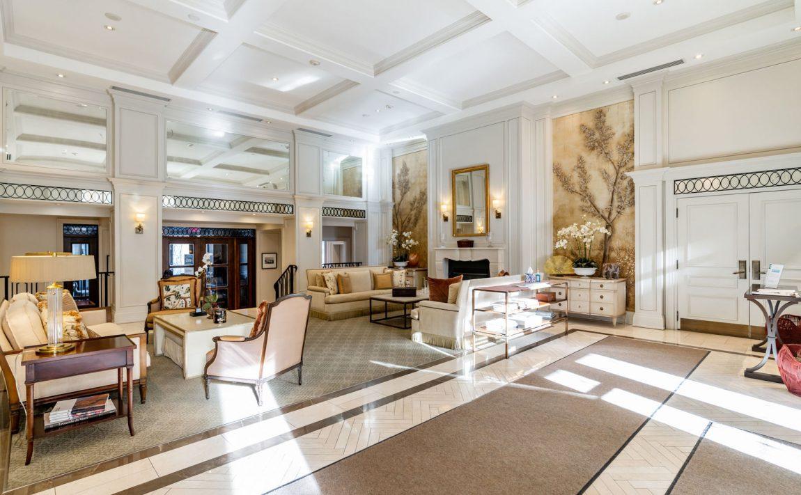 111-forsythe-st-condos-oakville-foyer-concierge-sittng-area