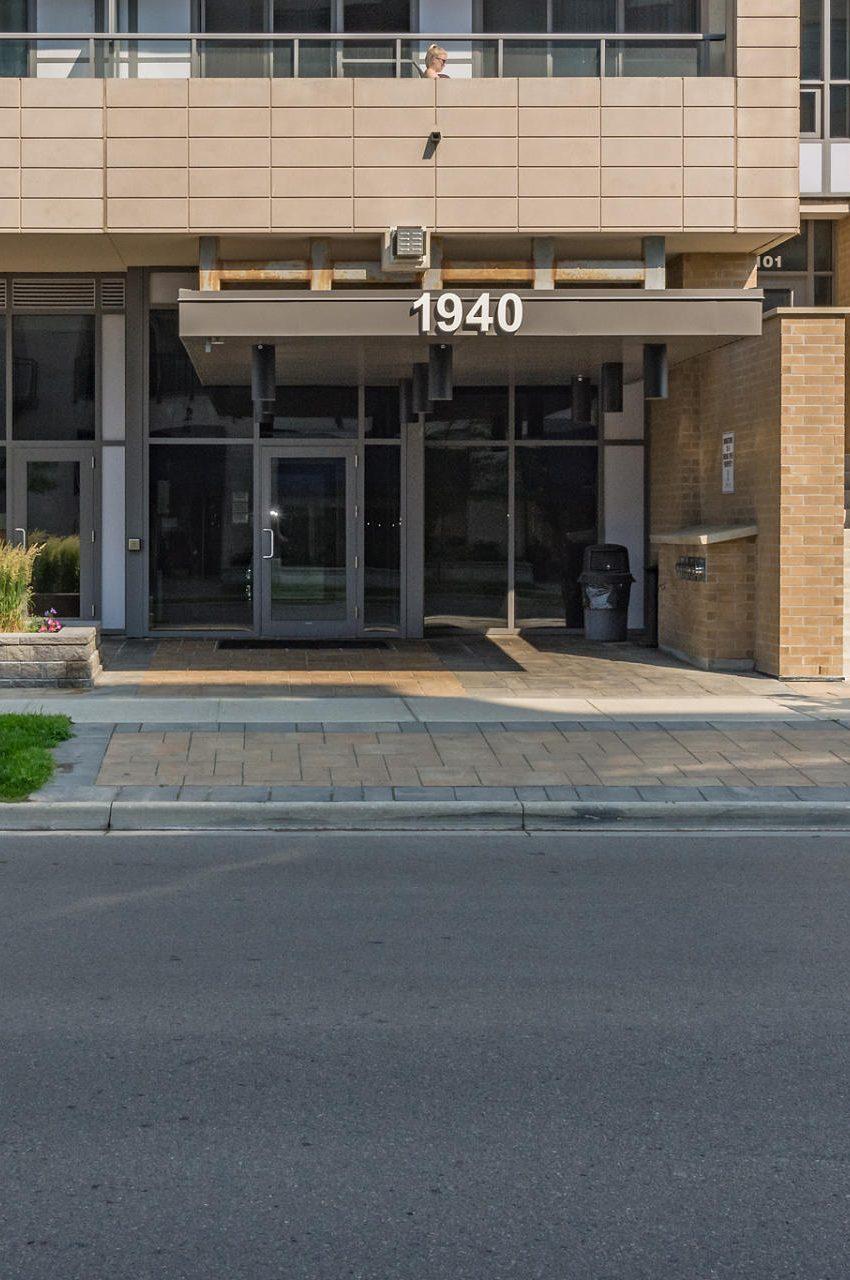 1940-ironstone-dr-burlington-condos-for-sale-front-entrance