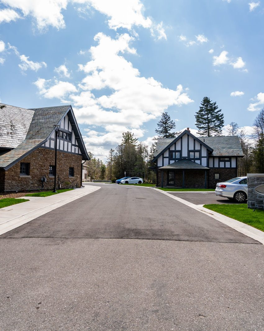 gardens-of-edgemere-10-maple-grove-dr-oakville-entry-driveway