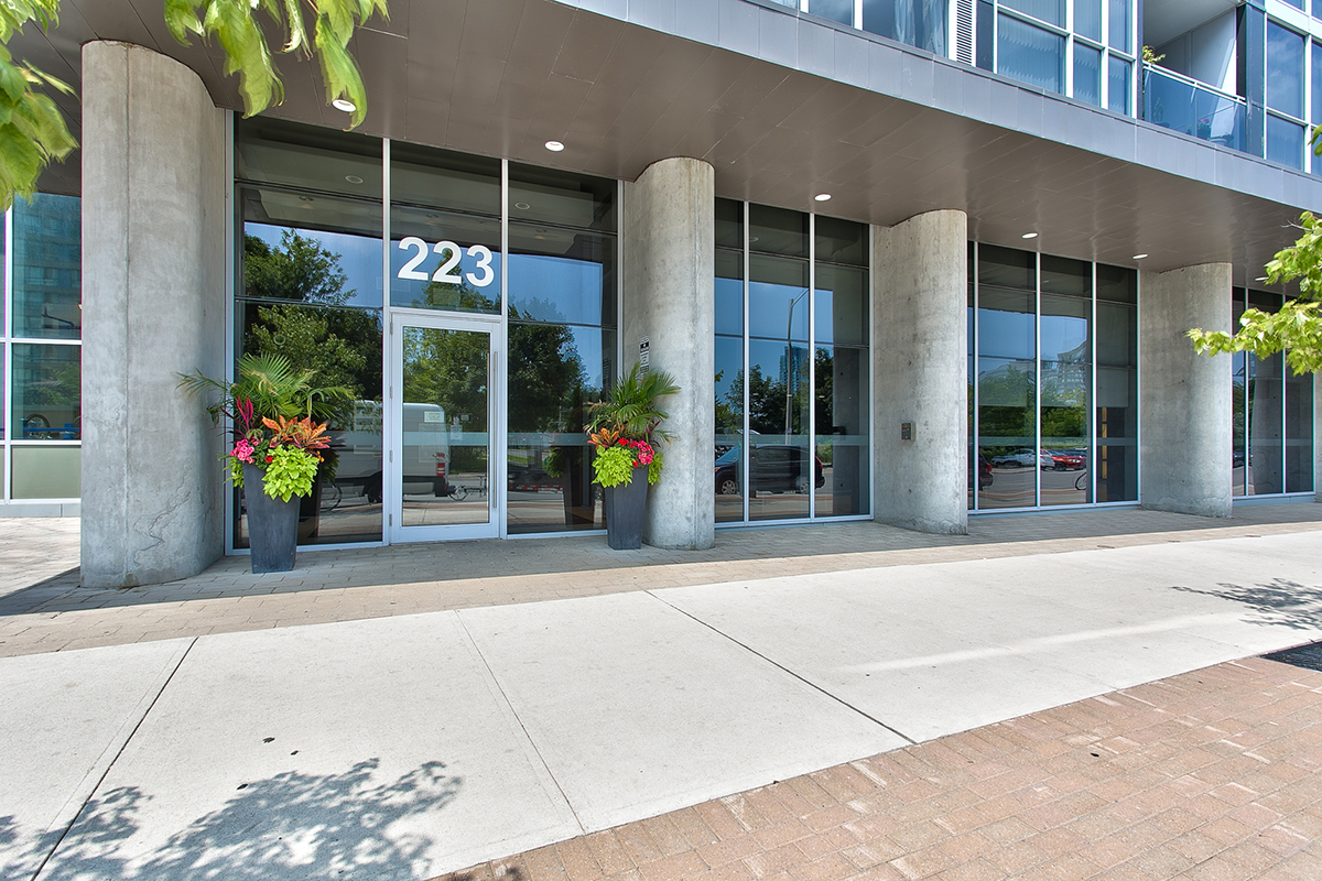 square-one-condos-for-sale-223-webb-dr-onyx-condo-building-front-entrance