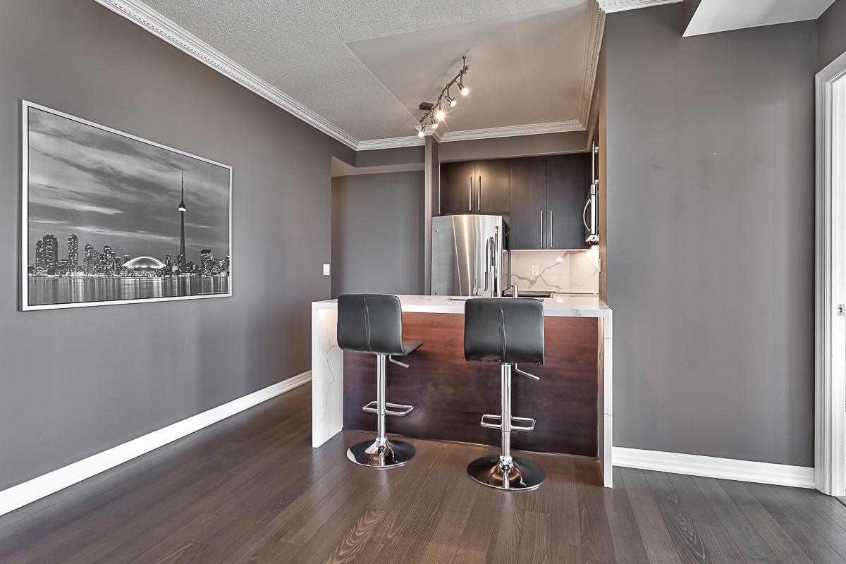 square-one-condos-for-sale-223-webb-dr-onyx-condo-kitchen-marble-backsplash