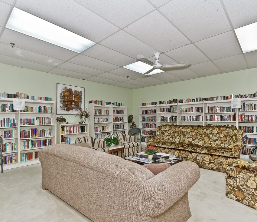 the-oaks-1359-white-oaks-blvd-oakville-condos-amenities-library