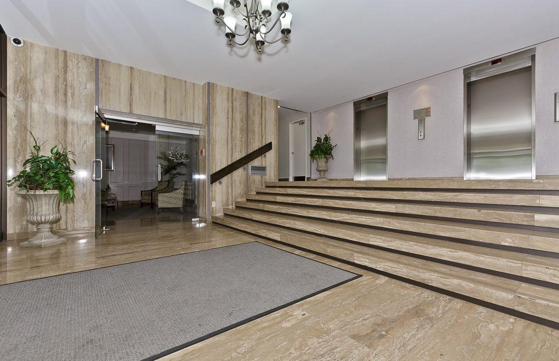 the-oaks-1359-white-oaks-blvd-oakville-condos-elevator-lobby