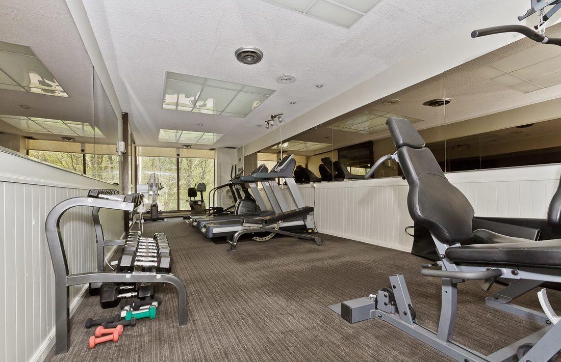 the-oaks-1359-white-oaks-blvd-oakville-condos-gym