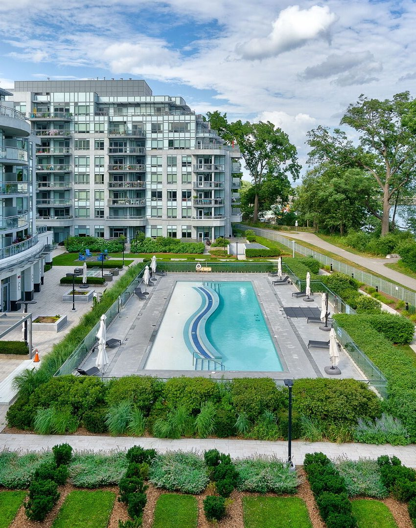 bluwater-condos-3500-lakeshore-rd-w-oakville-amenities-outdoor-pool