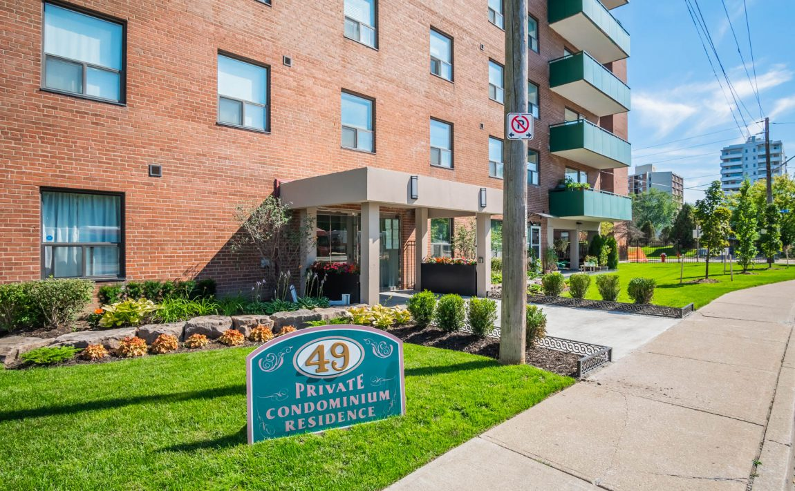 49-queen-st-e-mississauga-condos-port-credit-front-entrance