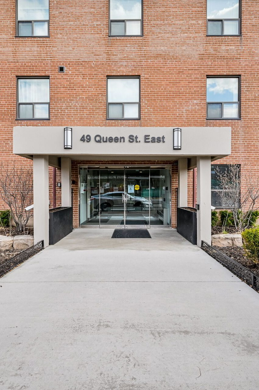 49-queen-st-e-mississauga-condos-port-credit-front-entrance-for-sale