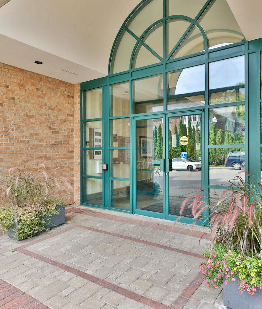 towne-square-condos-221-robinson-st-oakville-front-entrance